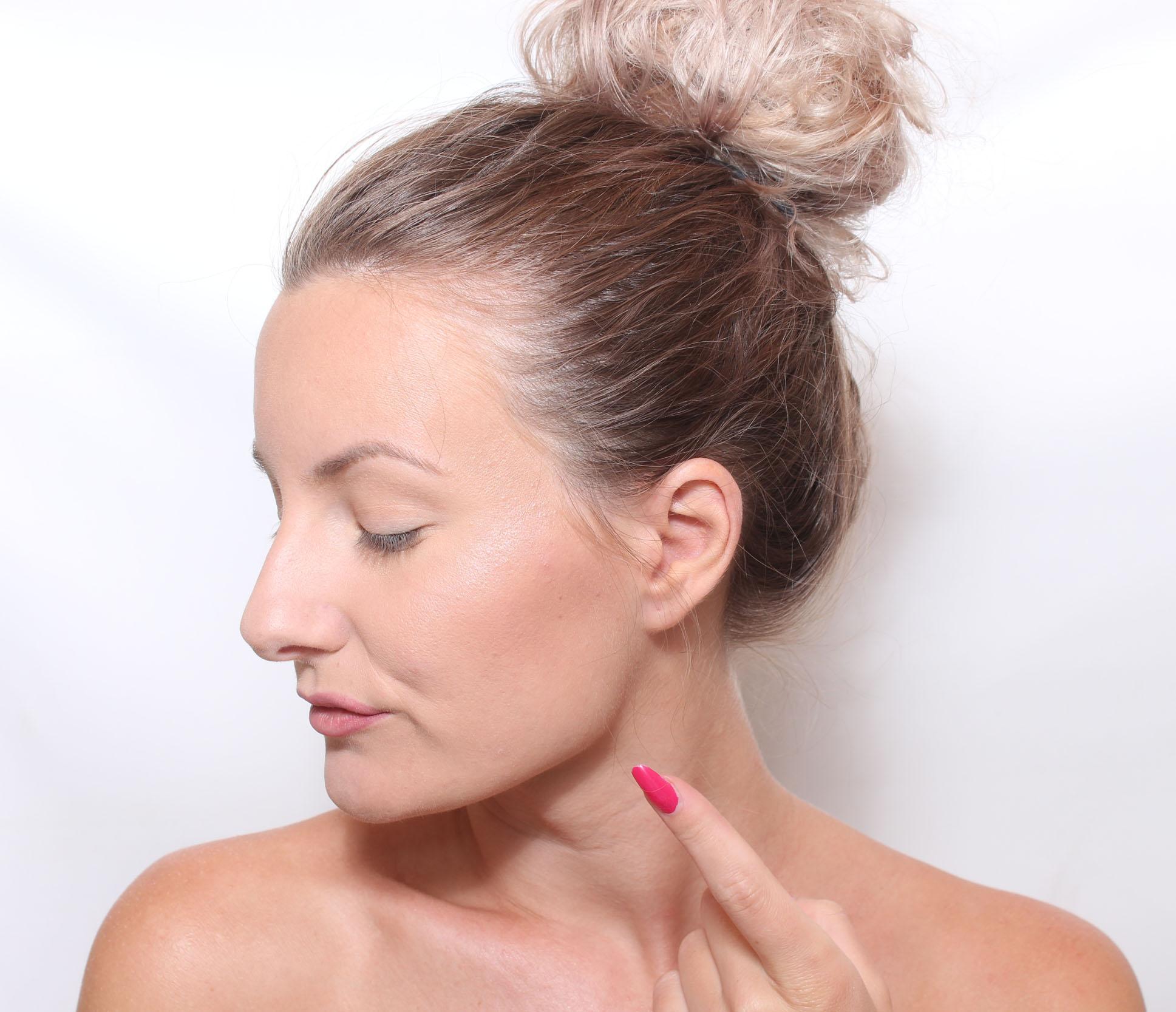Applicera läppstift och läppglans och avsluta med att dutta lite.